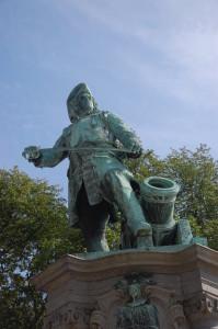 Tordenskiold slik han står i dag med ryggen mot Kontraskjæret.