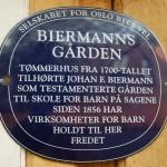 Blå plakett på Biermannsgården.