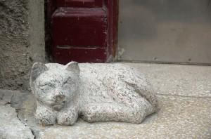 Marmorkatt ved døren i Kirkeveien 86