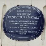Blå plakett på Grefsen Sanatorium.