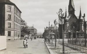 Postkort med motiv fra Arendalsgata utgitt av J.H Küenholdt. Fra Nasjonalbibliotekets bildesamling.